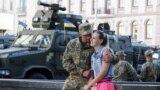 Український військовий в очікуванні на початок репетиції військового параду в центрі Києва, 22 серпня 2018 року
