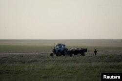 Киіктердің өлексесін жинап жүрген трактор. Қазақстан, Қостанай облысы, 20 мамыр 2015 жыл.
