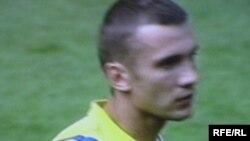 Андрей Шевченко, по словам главного тренера сборной Украины, вполне здоров и выглядит счастливым человеком...