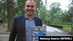 Экономист Евгений Кочетов со своей книгой «Слова, которые изменили Казахстан». Алматы, 5 сентября 2015 года.