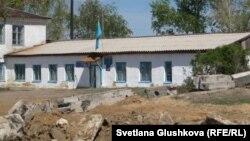Бектау ауылы әкімдігінің ғимараты. Ауыл поштасы да осы жерде. Ақмола облысы, 7 мамыр 2012 жыл.