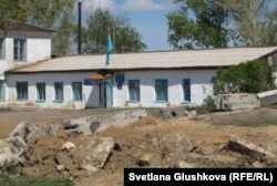 Здание администрации села Бектау. Акмолинская область, 7 май 2012 года.