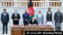 افغان ولسمشر په ارګ د ۴۰۰ طالب بنديانو د خوشې کولو فرمان لاسليکوي.