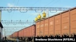 Грузовые поезда на железнодорожной станции в Астане.