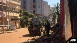 Спецназ рядом с отелем в Бамако