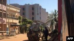 Спецназ рядом с отелем в Бамако. Мали, 20 ноября 2015 года.