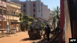 نیروهای امنیتی کشور مالی در خارج از هتل رادیسون در شهر باماکو