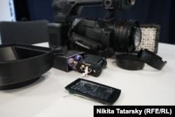 Техника журналистов армянской службы Радио Свобода, разбитая при разгоне акции в Ереване 23 июня