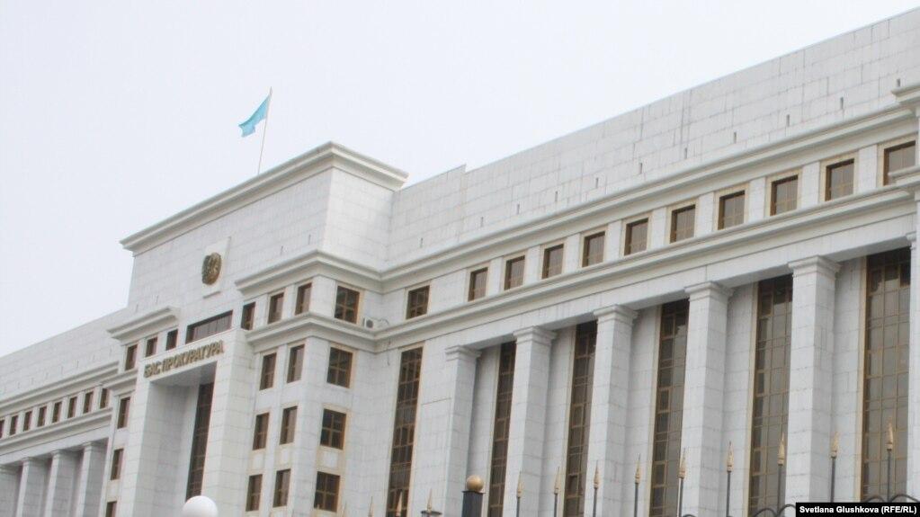 Государственный флаг над зданием генеральной прокуратуры в Нур-Султане.