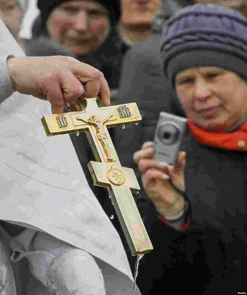 Многие православные вэтот день отправляются вхрамы заводой: они верят, что крещенская вода приносит духовное ителесное здоровье.