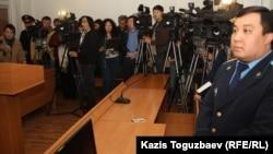 Саян Хайыровтың сотына қатысушылар. Алматы, 7 қараша 2013 жыл.