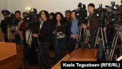 Журналисты в зале суда во время оглашения приговора по уголовному делу. Алматы, ноябрь 2013 года.