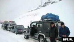 Тажикстандын Бадахшан чөлкөмүндө кар калың жаап, жол жабылды. 6-февраль, 2010-ж.