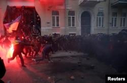 Президент әкімшілігі ғимараты жанында шерушілер мен милиция қақтығысы. Киев, 1 желтоқсан 2013 жыл.
