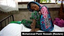 Рохинџа бегалка во Бангладеш раскажува дека изгорениците ги добила кога армијата ја запалила нејзината куќа