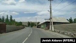 Дорога в приграничном селе в Баткенской области Кыргызстана. Иллюстративное фото.