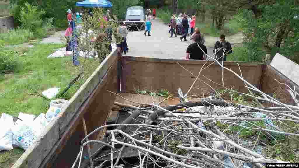 Для сбора коряг и другого крупного мусора использовался грузовик, который предоставило парковое хозяйство.