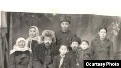Шаймердендин чоң таятасы Бөкөнчү уулу Сулайман (солдон үчүнчү) үй-бүлөсү менен. Булар Жети-Өгүз районунун Чырак айылынан Кытайга качышкан.