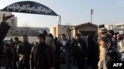 مواطنون يتظاهرون أمام مقر (داعش) مطالبين بوقف القتال مع فصائل المعارضة السورية.