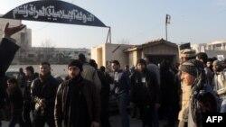 Біля лікарні, що була базою ісламістів в Алеппо, мітингували мешканці міста з вимогою припинити бої проти інших повстанців, фото 6 січня 2014 року