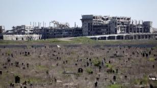 Вигляд на руїни нового терміналу Донецького аеропорту з дзвіниці Іверського монастиря. Саме звідси по захисниках ДАПу часто працювли снайпери російсько-сепаратиських сил