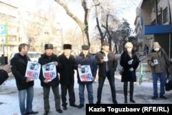 Группа активистов проводит акцию в поддержку Серикжана Мамбеталина и Ермека Нарымбаева перед зданием суда, где проходит процесс по делу о разжигании розни. Алматы, 22 января 2016 года.