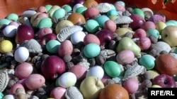 Главный атрибут Новруза - праздничный стол, который должен быть украшен семени, пловом, а также подносом с крашенными яйца, орехами, cухофруктами и главными сладостями - пахлавой и шакяр-бурой