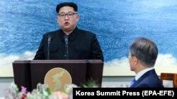 Ким Чен Ын Панмунжомдогу саммитте сүйлөп жатат, 27-апрель, 2018-жыл.