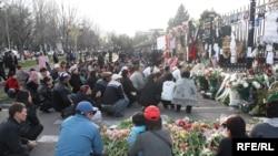 7-апрелдеги кандуу кагылыштын курмандыктарын эскерүүлөр, Бишкек, 13-апрель.