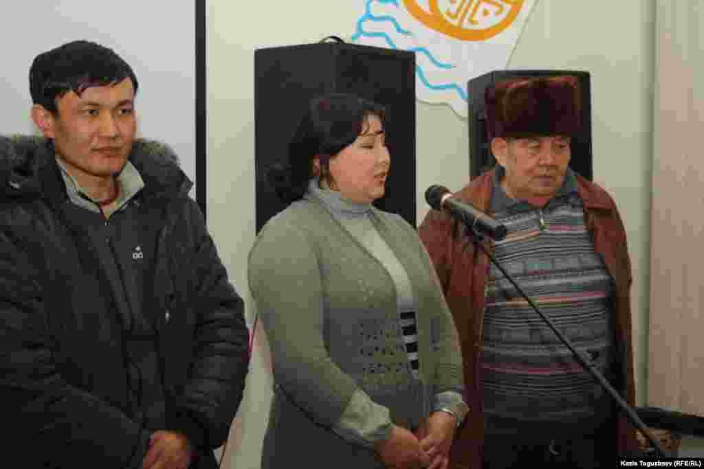 Слева направо: участник Шаныракских событий Аят Темирбаев; Шолпан - сестра Ерганата Тараншиева и житель Шанырака Тургангали Идрисов. Алматы, 31 января 2013 года.