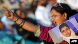 Одна из участниц митинга в поддержку Малалы Юсафзай