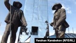 Памятник металлургам в городе Темиртау. 5 июня 2015 года.