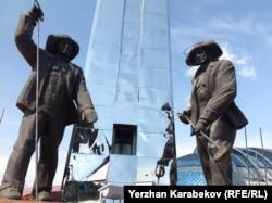 Теміртаудағы металлургтер ескерткіші. 5 маусым 2015 жыл.