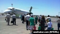 Türkmenistan, uçara münýän ýolgaçylar.