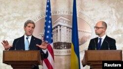 Джон Керрі (л) і Арсеній Яценюк (п) на прес-конференції в Києві, 5 лютого 2015 року