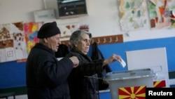 Dy qytetarë duke votuar në zgjedhjet parlamentare, më 11 dhjetor 2016