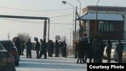 Шахтеры и их близкие у входа на территорию шахты «Тентекская», где протестуют угольщики. Карагандинская область, 12 декабря 2017 года.