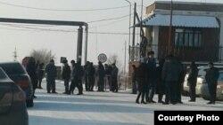"""Шахтеры и их близкие у входа на территорию шахты """"Тентекская"""", где протестуют угольщики. Карагандинская область, 12 декабря 2017 года."""