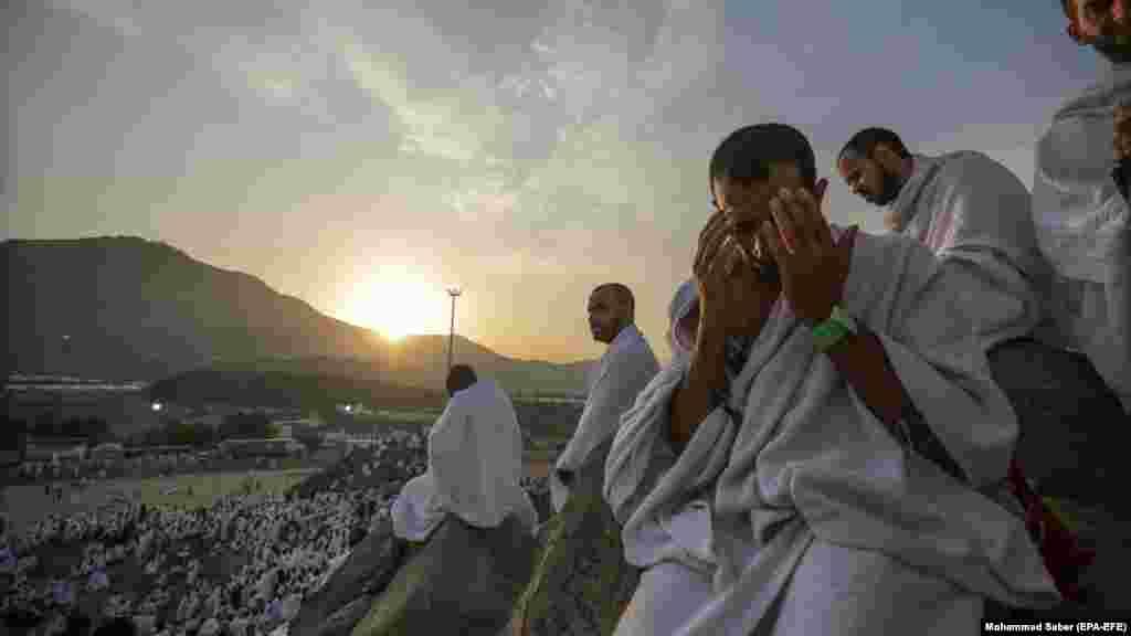 Қажылығын өтеп жүрген мұсылмандар Мекке маңындағы Арафат тауында дұға жасап отыр.