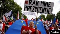 Польшанын азыркы өкмөтүнө каршы жүрүштүн катышуучулары. Варшава, 7-май, 2016-жыл.