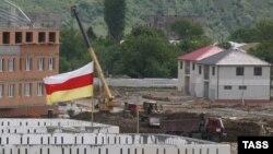 Находясь с двухдневным рабочим визитом в Цхинвале, глава Минкавказа осмотрел ход строительных работ на объектах, которые входят в инвестпрограмму текущего года
