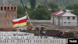 Полностью югоосетинская столица не благоустроена, хоть и проделана значительная часть запланированных работ