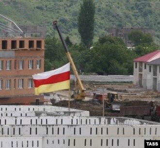 После 2008 года, когда в Южную Осетию хлынул поток рабочих из Северного Кавказа и Средней Азии, появились ксенофобские настроения и страхи, что республику вот-вот исламизируют. Периодически эти опасения подогревались в корыстных целях