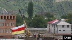 Флаг непризнанной республики Южная Осетия над городом Цхинвали