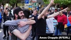 Людзі сьвяткуюць адстаўку Сэржа Саргсьяна на вуліцах Ерэвана