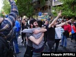 Людзі сьвяткуюць адстаўку прэм'ер-міністра Сэржа Саргсьяна на вуліцах Ерэвана
