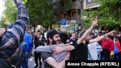 Протестующие в Ереване после заявления армянского премьера Сержа Саргсяна об отставке, 23 апреля 2018 года