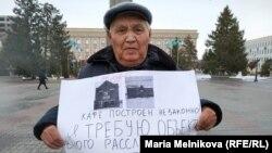 Пенсионер Искак Азбергенев проводит одиночную акцию у акимата Уральска. 20 декабря 2019 года.