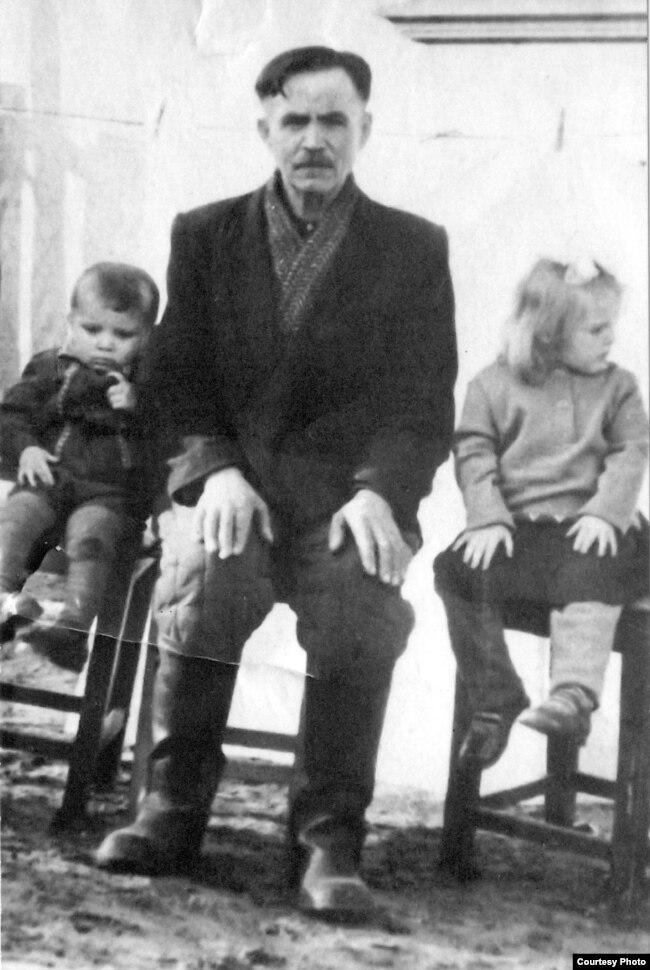 Бацька Хведар Ігнатавіч з унукамі Колем і Аленай (дзеці сястры Міхала Дубянецкага Марыі). 1960-я гг.