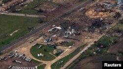 Вид с птичьего полета на место взрыва на заводе удобрений в городе Уэст, Техас. 18 апреля 2013
